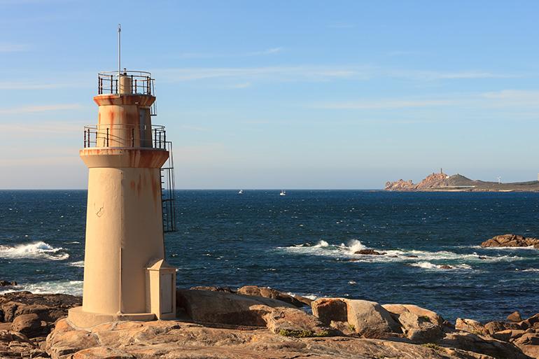 Faro Punta da Barca en Muxia con el Cabo y Faro Vilan al fondo