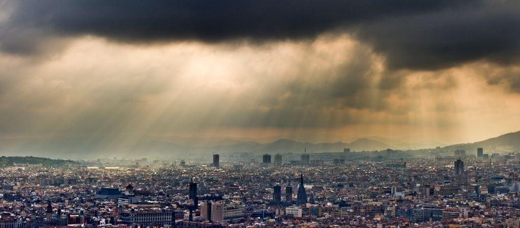 Barcelona con el cielo nublado