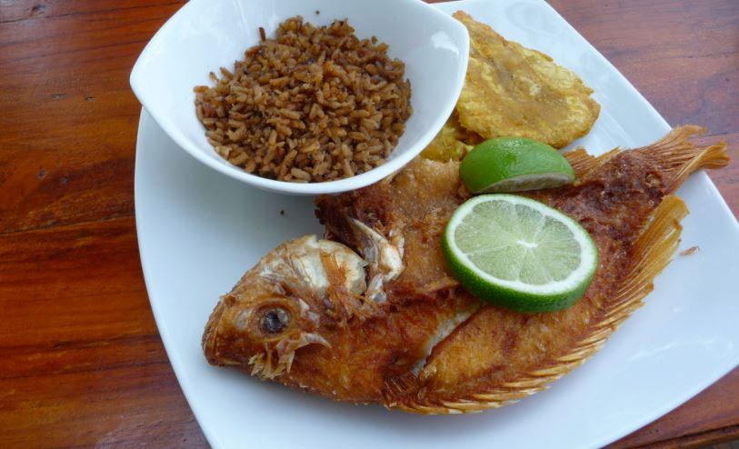 Arroz con coco y pescado frito colombiano