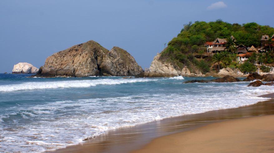Imagen de la playa nudista de Zipolite en Oaxaca.