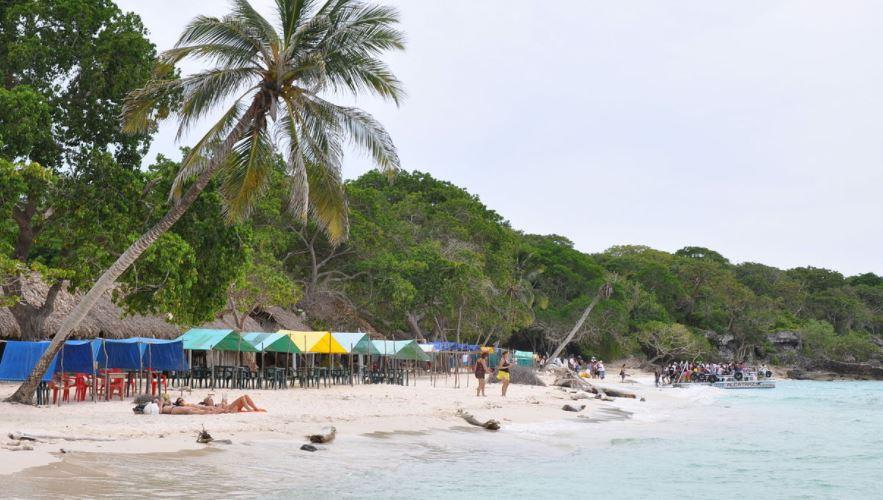 playa blanca en las islas del rosario